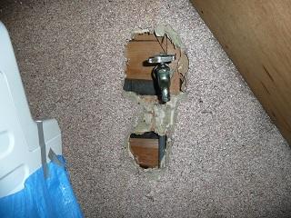 壁の中で折れた水道管